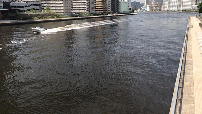 七枝橋から運河を眺める