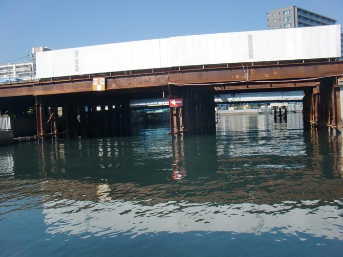 ストラクチャーのある橋