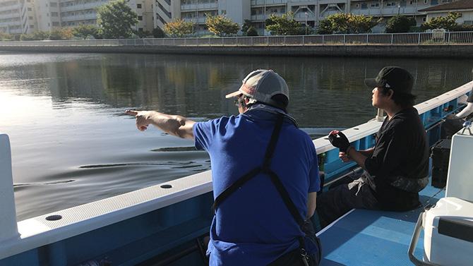 出航すぐの運河内